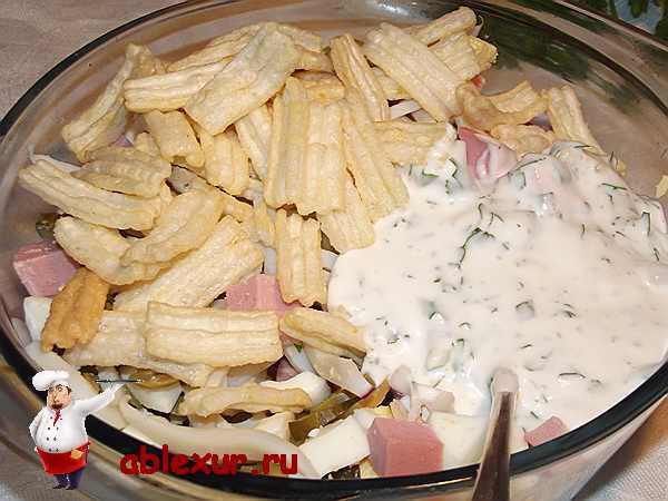 добавленные чипсы и соус в салат