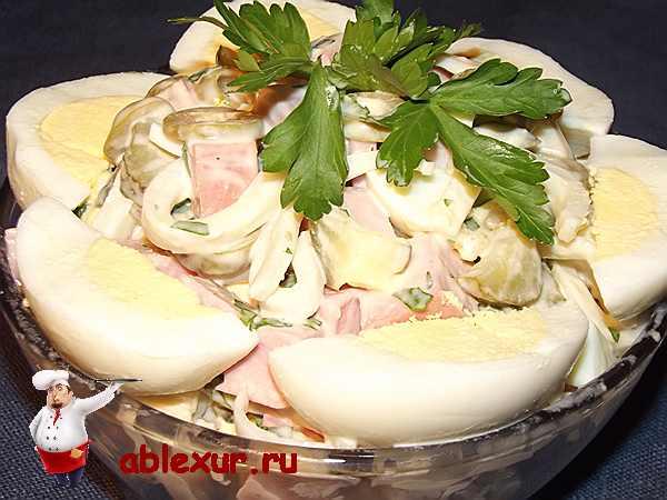 салат с чипсами сытный украшенный яйцами и петрушкой
