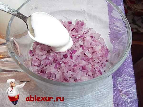 красный репчатый лук в салатнике
