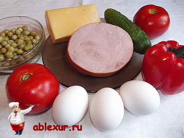 ветчина с помидорами сыром огурцом на столе
