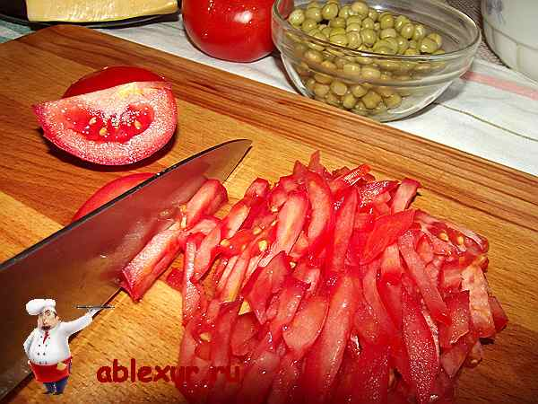 нарезаю тонкой соломкой помидор