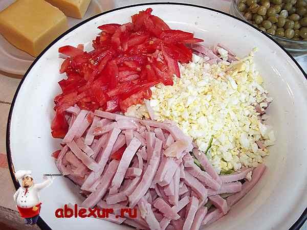 помидоры с ветчиной и яйцами в салате