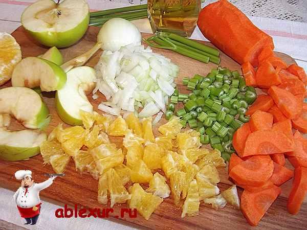 нарезанные фрукты и овощи для соуса