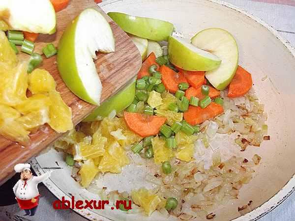 добавляю к обжаренному луку фрукты и овощи