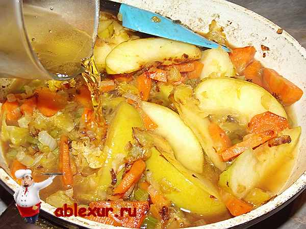вливаю яблочный сок к фруктам и овощам