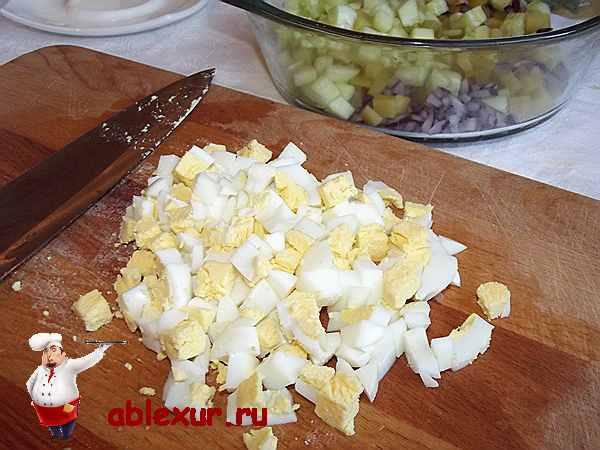 накрошенные яйца кубиками для оливье