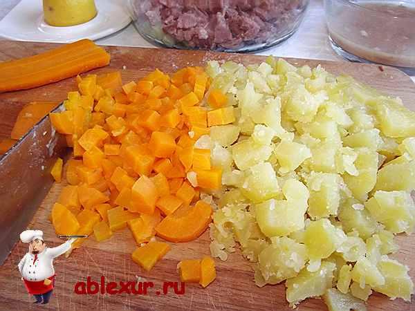 нарезанные кубиками вареная морковь и картошка для салата