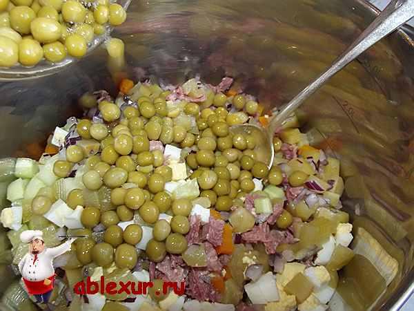 добавляю зеленый горошек и смешиваю все ингредиенты салата