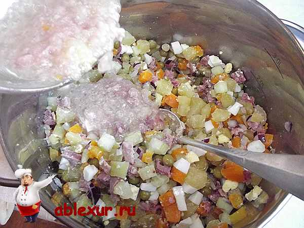 добавляю заливку от консервы в салат