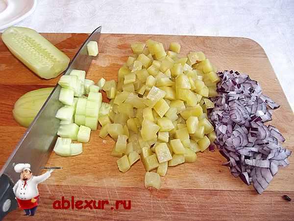 нарезаю лук, свежие и соленые огурцы для салата