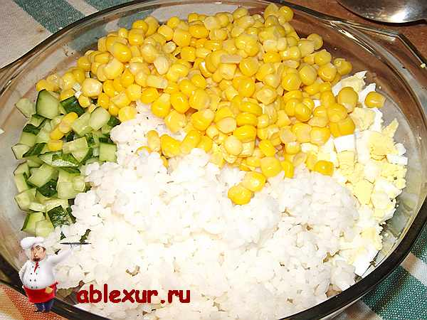 кукуруза и рис в салате с кальмарами