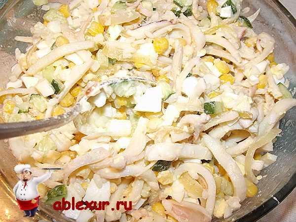 перемешиваю салат из кальмаров, кукурузы, огурца, яиц и риса