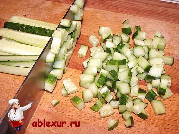 режу огурцы для салата с кальмарами