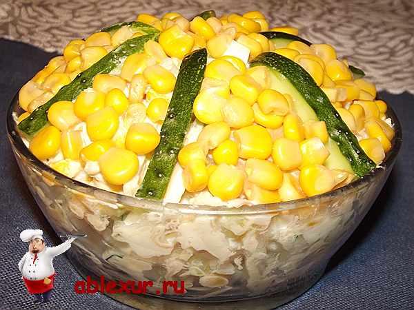 салат с кальмарами и кукурузой украшенный огурцом