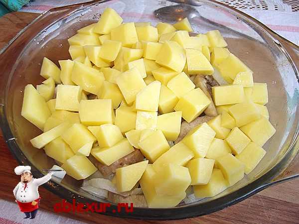 нарезанный кубиками картофель с остальными овощами для блюда