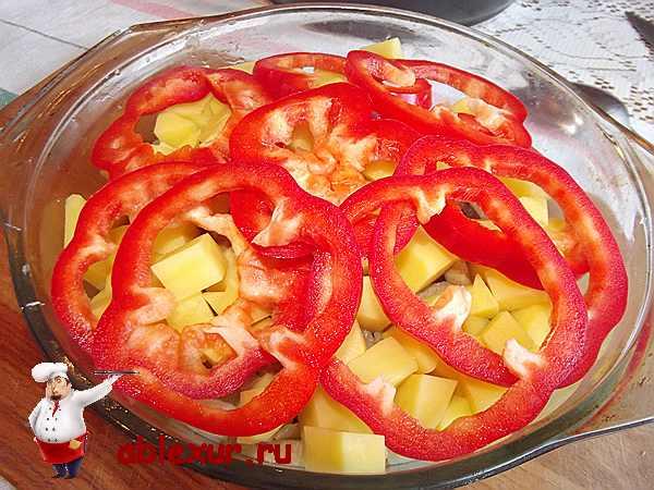 красный перец нарезанный кружочками на картошке