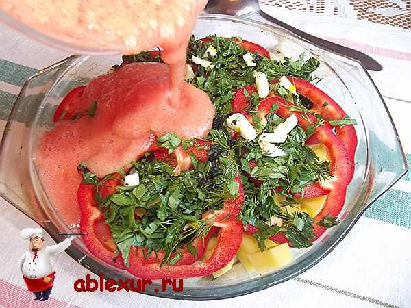 вливаю из блендера томатное пюре в овощи
