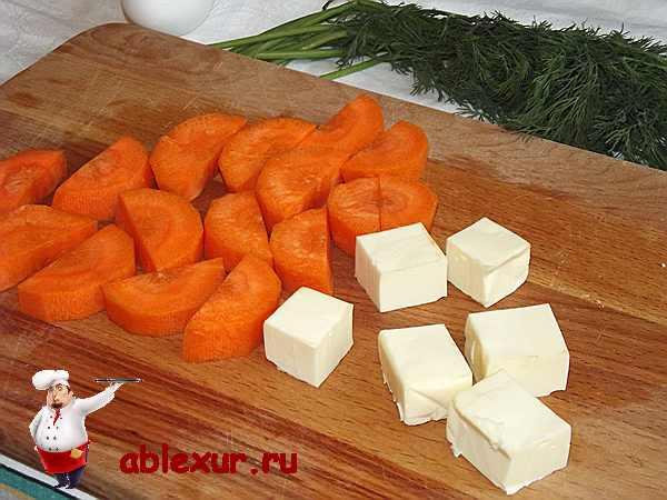 нарезанная полукругом морковь и плавленый сырок кубиками