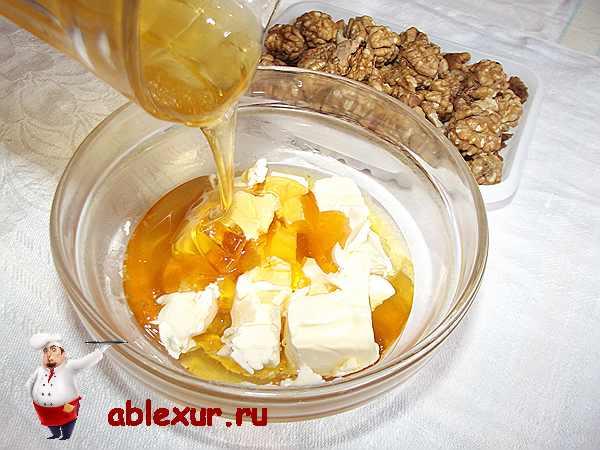 смешиваю сливочное масло и мед