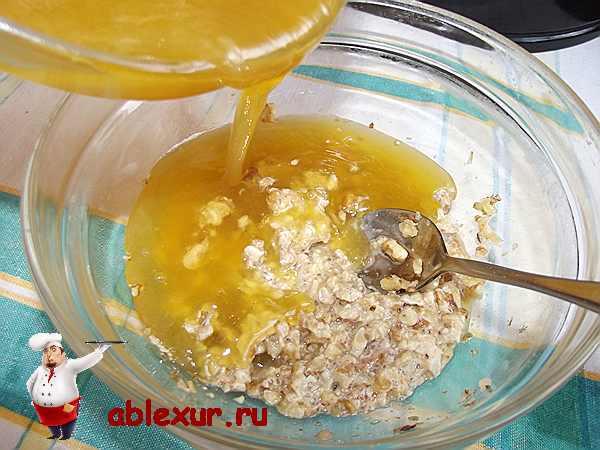 соединяю мед с орехами