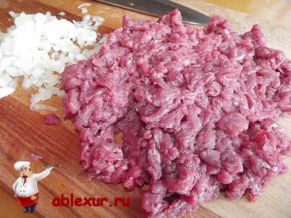 мелко рубленное мясо с луком для пирога