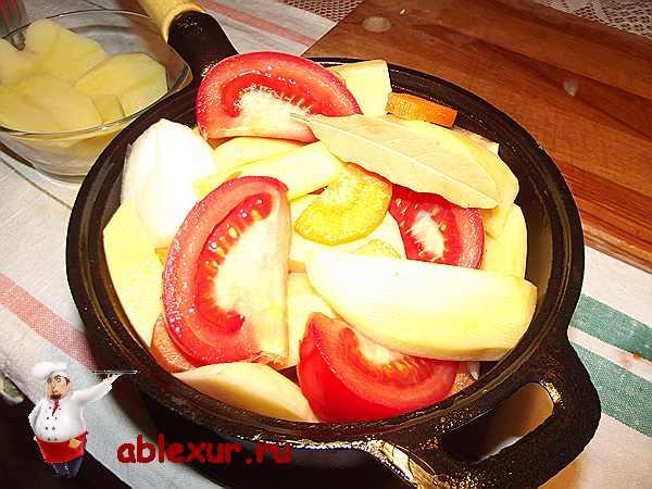овощи с говяжьей печенью в кастрюле
