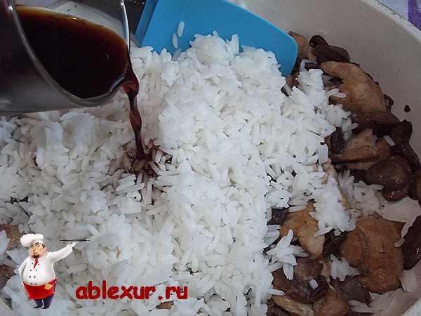 добавляю соевый соус в рис и грибы