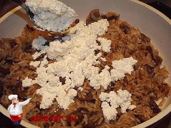 добавляю творог в рис с курицей