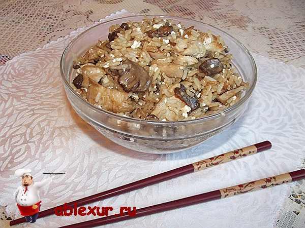 китайские палочки и рис в тарелке