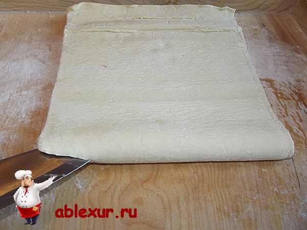 разрезаю слоеное тесто для пирога пополам