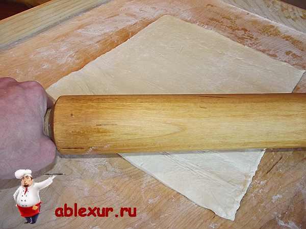 раскатываю скалкой слоеное тесто для пирога