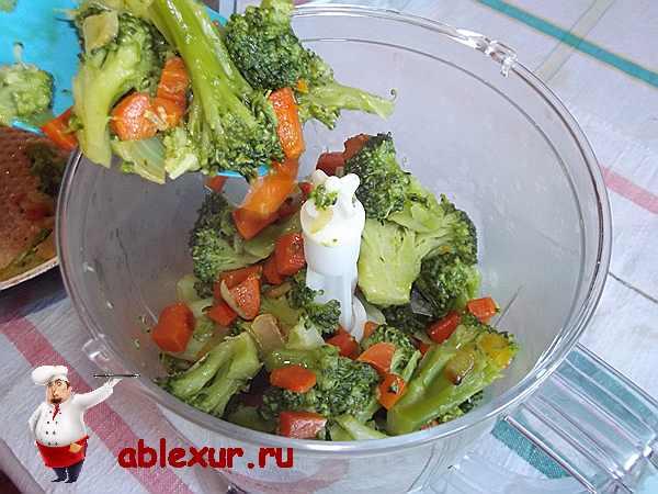 брокколи с овощами укладываю в блендер