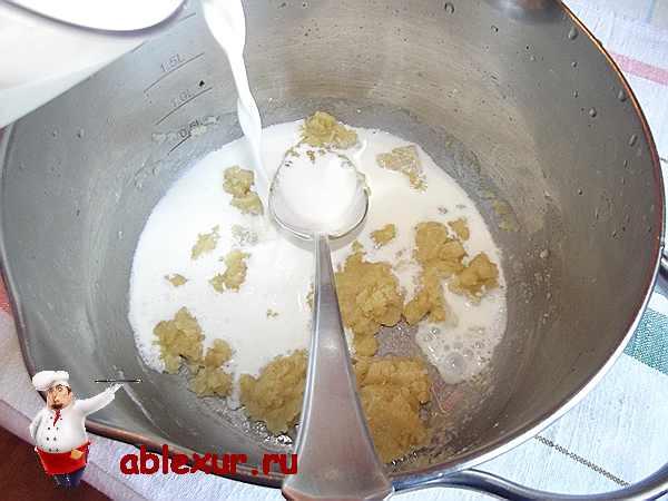 вливаю бульон и сливки в поджаренную муку на масле