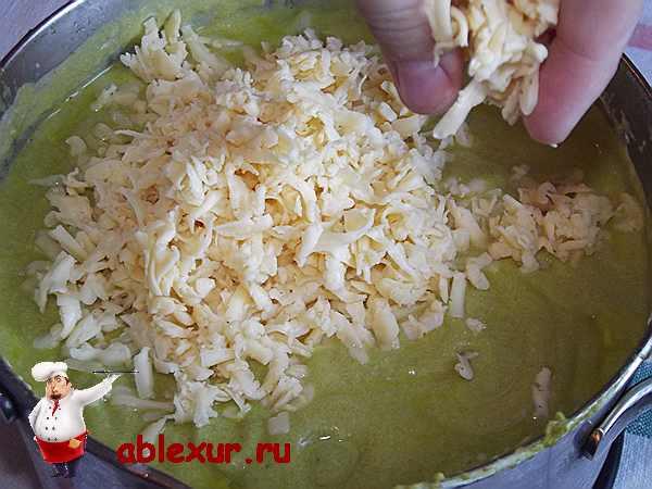 добавляю тертый сыр в суп пюре