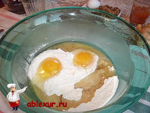 вбиваю два яйца в тесто с растительным маслом