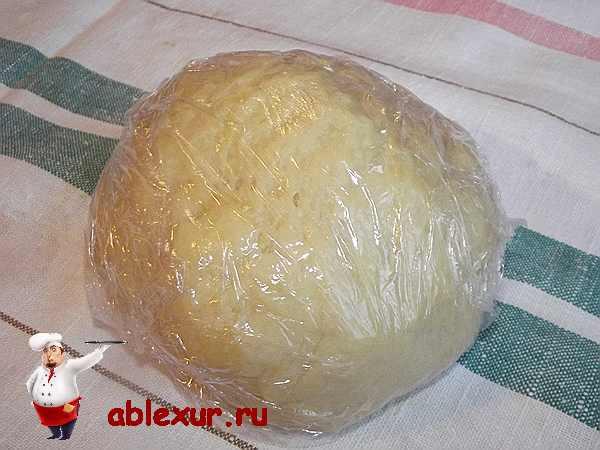 тесто завернутое в пищевой пленке на столе