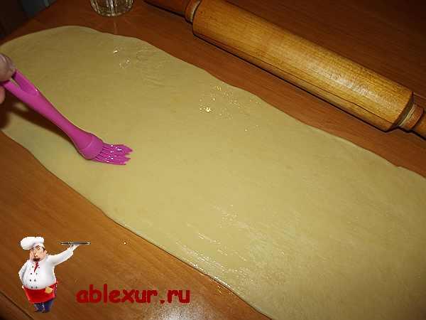раскатанное тонким слоем тесто для рулета