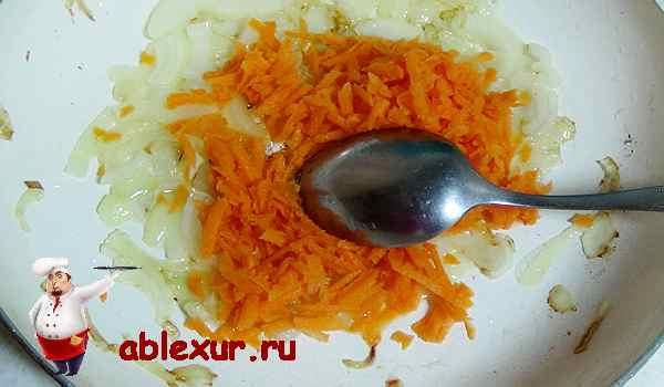 поджариваем лук и всыпаем морковь