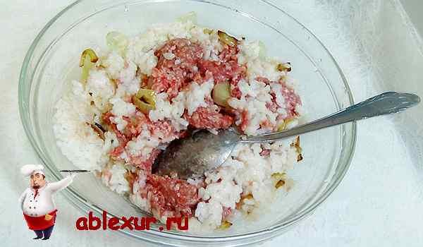 смешиваем рис с луком и мясной фарш