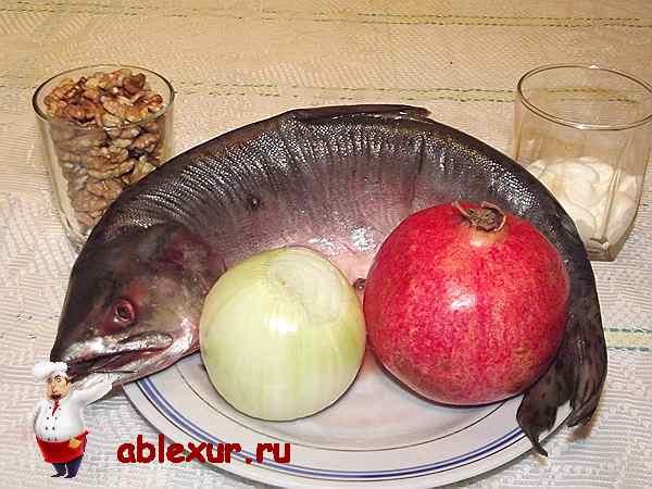 горбуша с луком и гранатом в тарелке