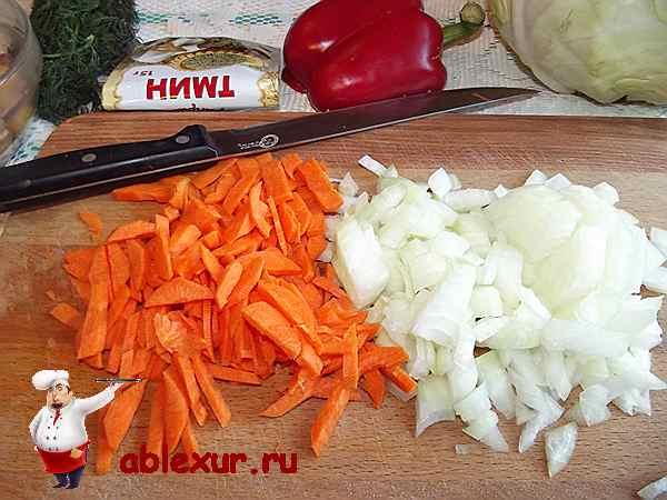 мелко нарезанный лучок и морковь