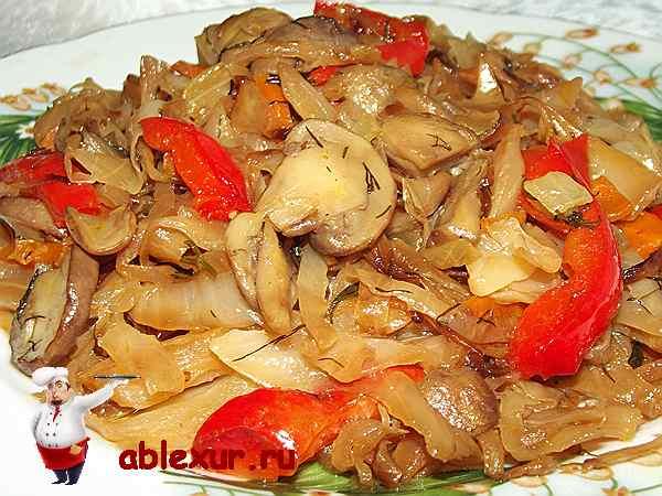 капуста с грибами в тарелке