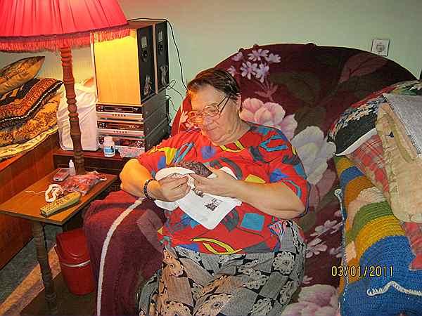 моя мама за вышивкой