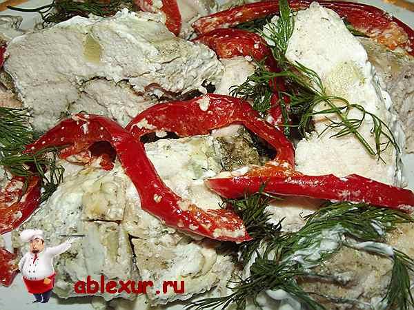 куриная грудка с красным перцем и укропом запеченная со сметаной