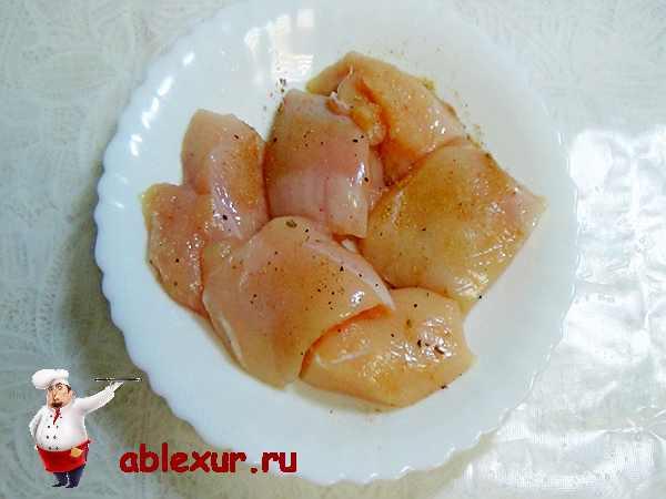 натертые солью и перцем кусочки куриного филе для наггетсов