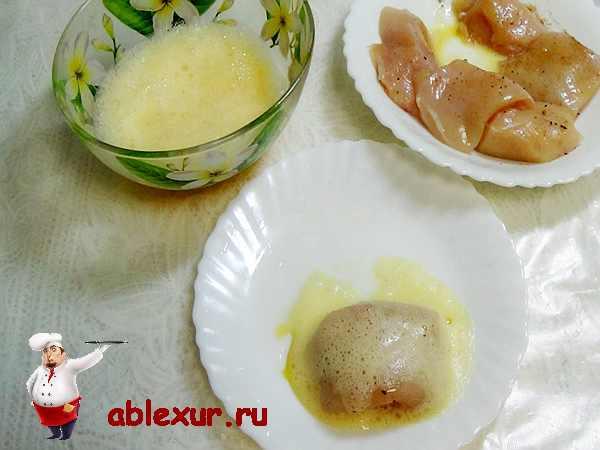 макаем куриное филе в взбитые яйца