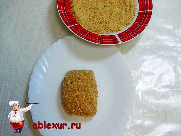 обвалять куриное филе в сухарях