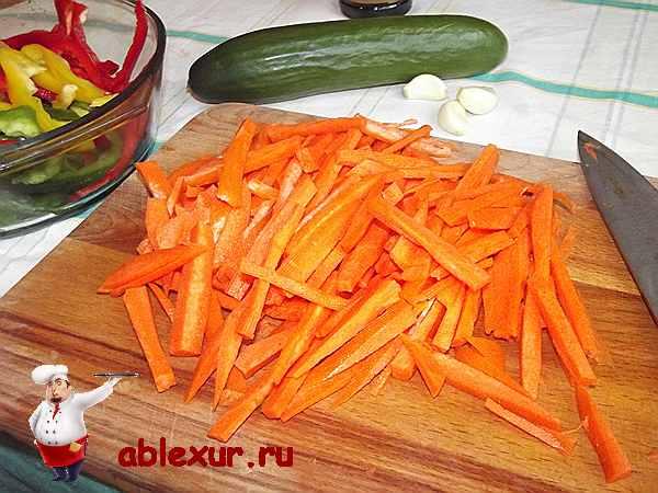 нарезаю для фунчозы морковь