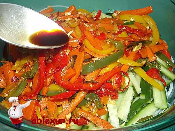 добавляю в салат с фунчозой соевый соус