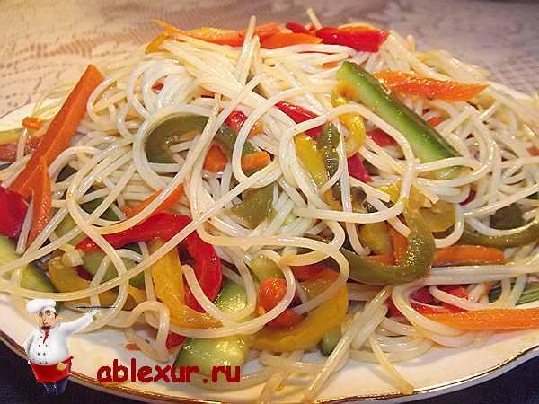 салат из фунчозы с овощами и соевым соусом